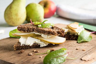 Serviervorschlag: Bio-Birnen mit Frischkäse auf Brot