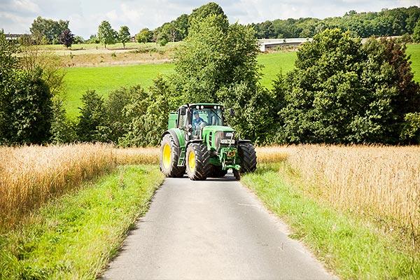 Traktor auf dem Feldweg